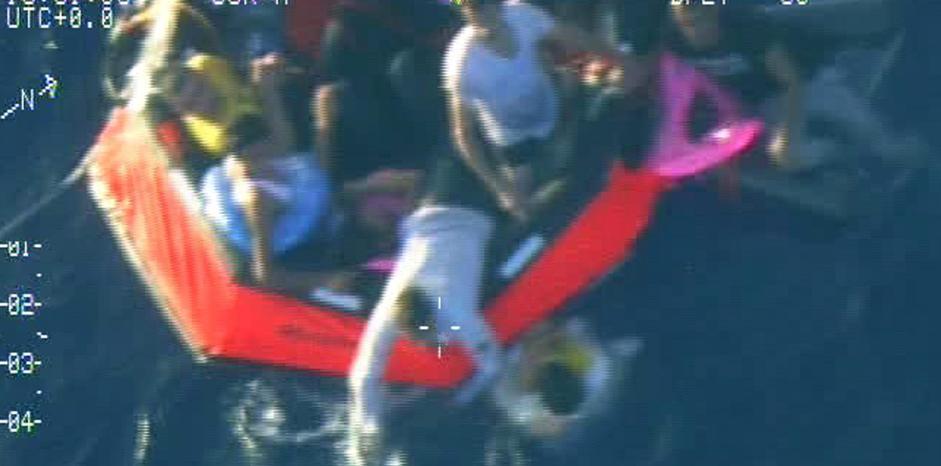 Immigrazione: barcone in difficoltà, persone in mare