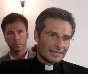 Monsignor Krysztof Charamsa, 43 anni, il teologo che ha fatto coming out, con il suo compagno Eduard alla fine della conferenza stampa in corso a Roma, 3 ottobre 2015. ANSA/ LUCIANO DEL CASTILLO